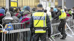 Avskaffad asylrätt. Id-kontrollerna innebär att asylrätten avskaffas, skriver Frida Johansson Metso. På bilden: Polis övervakar kön av ankommande flyktingar i vid Hyllie station utanför Malmö. Arkivfoto: Johan Nilsson/TT
