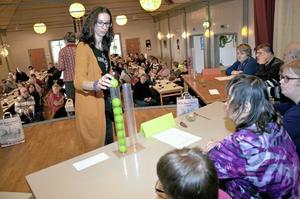 Poäng. Maria Levicsek från Studieförbundet Vuxenskolan delar ut poäng till Hallsbergs lag.