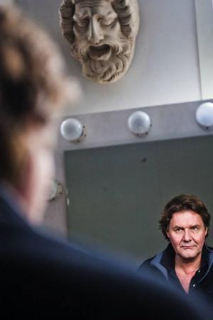 Scenograferna Torbjörn Isaksson och John Engberg har gjort statsministerns scen till ett träsk. En bild av Sverige, menar Johan Rabaeus som spelar huvudrollen.Foto: Marc Femenia/Scanpix