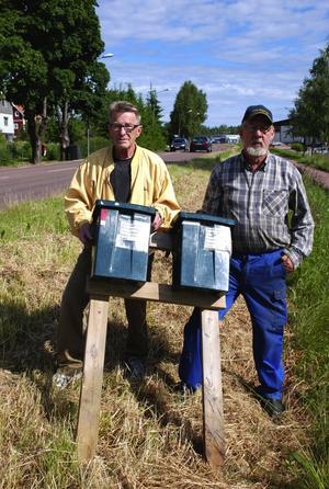 Förbannade. Kjell Eriksson till höger och Allan Gunnarsson är trötta på att ta redan på resterna efter vandalers framfart på Limavägen