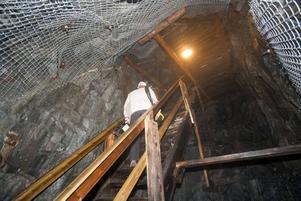 Med hjälp av EU-pengar kunde Hofors kommun för drygt tio år borra fram ännu en öppning i gruvan. Via den långa trappan kan besökarna ta sig upp till toppen för att se dagbrottet även uppifrån.