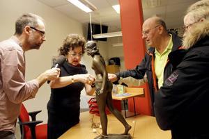 Antikexperten Maud Ingster synar pjäsen som Annika och Lars-Olov Eriksson tagit med sig för att få daterad och värderad. Arbetarbladets livereporter Jörgen Svendsen intervjuar.