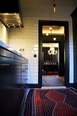 Från köket kan man prata med gästerna i whiskyrummet och se hela vägen till matsalen.