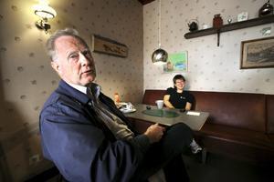 """""""Ät upp din gröt"""". Gunnar Melkersson har ett bestående minne av kafét. Det var här han lärde sig äta gröt på Folkets hus kafé. I bakgrunden ses Veronica Ragnvaldsson, på besök för en förmiddagsfika."""