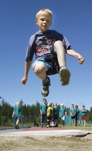 Lucas Lundgren hoppar längdhopp.