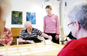 Under en försöksperiod har två av kommunens äldreboenden, Tallgläntan i Hackås och Treklövern i Åsarna, fått besök av represenanter från demensgruppen varannan vecka. Under ett par timmar får de som vill vara med på olika sociala aktiviteter så som vävning, promenader, kakbak och minneslekar.