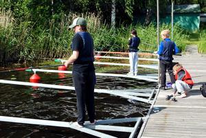 Fiskeskolan håller till både i småbåtshamnen och ute på sjön.