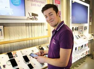 Jonas Regnander, säljare på Teliabutiken, bland olika mobilmodeller. Få kunder frågar om hur bra de är att ringa med, säger Jonas.
