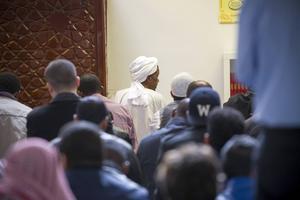 Fredagsbönen i Al-Rashideens moské i Gävle var välbesökt.