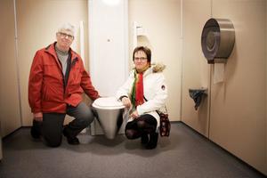 Lars-Ove Wren och Siv Ahlstrand, RFF, inne på den nyinvigda, permobilanpassade toaletten i Askersunds centrum.