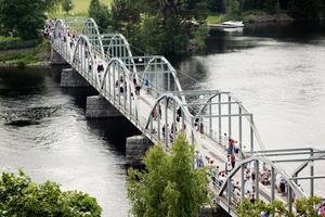 På bron över Ljusnan i Segersta dansades en av Jubileumshambons etapper.