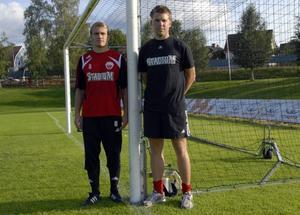 Peter Moberg, till höger, kan med glädje konstatera att klubben gjort klart med en klassvärvning, Erik Schultz-Eklund, med meriter från den högsta ligan i Skottland. Foto:Thomas Lind