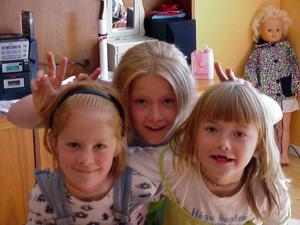 En gammal bild visar tre sammansvetsade systrar: Lovisa, Elin och Ellinore. Att ta fram fotografier och fokusera på alla fina minnen av systern är ett sätt för Elin att bearbeta sorgen.Foto: Privat