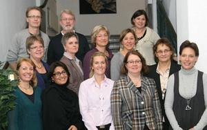 Aina Back är andra från vänster i mittenraden. Ruth Svedlund står längst upp till höger.