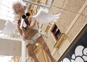Änglalikt? Max Magnus Norman bidrar till Sundsvalls museums gatukonstutställning med upproriska änglar.
