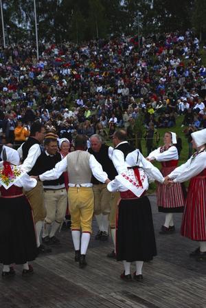 Folkfest. Leksands folkdanslag satte färg på Gropen inför rekordpublik