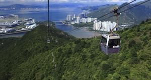 Hong Kong Cable Car, Ngong Ping, Hong Kong. Den startar i Tung Chung och åker vidare i 5,7 kilometer. Ungefär 25 minuter är man i luften, och då kan man bland annat se ut över det Sydkinesiska havet.