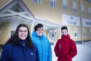 """I vår försvinner Itella som arbetsgivare i Ulriksfors. Drygt två tredjedelar av företagets 63 anställda har tackat nej till att följa med i flytten till Östersund.""""Jag ska sätta mig i skolbänken. Tyvärr har jag ingen högre utbildning. Jag har suttit här för länge, det här kan bli en bra spark i rumpan"""", säger Veronica Runsten, längst till höger.Arbetskamraterna Ulrica Jonsson och Therese Forsberg är inne på samma linje."""
