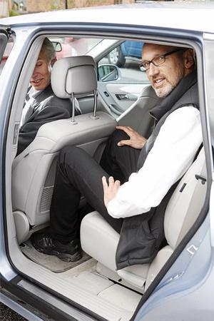 Få baksäten har plats för en reslig polis men i Mercedes R-klass (som är 517 cm lång) kan Bernt Malion sitta bakom Sten Feldreich.