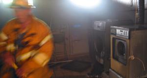 Tvättstugan var svart av sot efter branden och stickande rök spred sig i källaren på flerfamiljshuset.