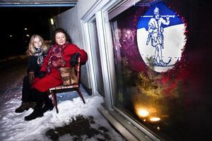 Organisatörerna Ulla Ek och Anita Lööv (närmast i bild) slog sig ner vid Friluftsfrämjandets julfönster.