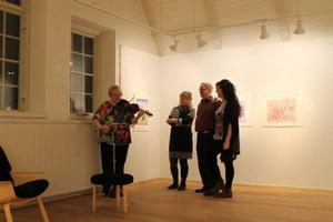 Konstnären/musikern Gunnel Lundholm, konstnären Anniki Andersson, konstnären Karl-Otto Myrstad och gallerivärdinnan Linette Boström fanns alla på plats i Ahlbergshallen under lördagens vernissage.