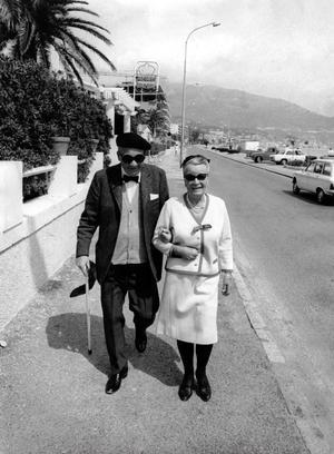PÅ PROMENAD. Herbert Tingsten tillsammans med hustrun Gerd, våren 1970.