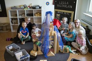 Förskolan är en av flera viktiga verksamheter som ligger på kommunernas bord. Men i dag har staten långtgående rätt att lägga sig i kommunernas verksamhet och ålägga dem nya uppgifter.
