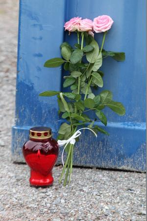 Blommor och tända ljus för Robert Svensson i Söderbärke.