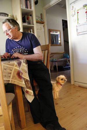 Thomas Stier har ofta kontoret vid köksbordet, hunden Daisy håller husse sällskap.