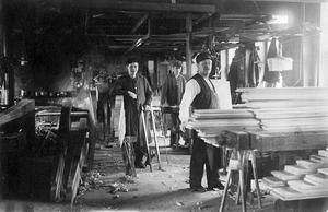 Inuti. Interiör från snickeriet slutet av 1920-talet. Fr v Einar Eriksson, Ernfrid Strandh och C F Stråhle. Ur E. A. Setterquist & Son Eftr.:s arkiv.