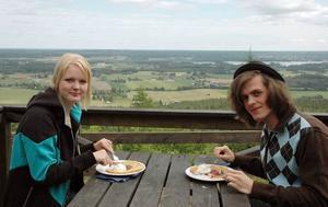 GOTT. Evelina Lindqvist och Micke Bergroth, 18 och 17 år, ska sommarjobba med att servera våfflor på Rönnåsstugan ett par av de kommande veckorna. Nu testar de själva utbudet och ger det godkänt.