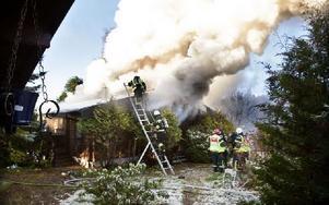 Räddningstjänsten fick klockan 07.45 larm om att en villa brann i Persbo. När de kom till platsen var branden fullt utvecklad. Foto: Peter Ohlsson/DT