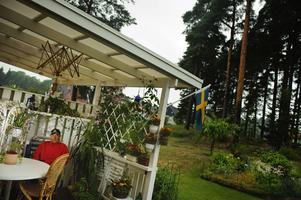 Längtar efter solen. De höga tallarna hindrar eftermiddagsstrålarna att nå Ola Bengtssons veranda. Nu har han tillsammans med sina grannar ansökt om att få fälla åtta träd i området. Men det krävdes en sluten omröstning i bostadsrättsföreningen för alla tycker inte lika.