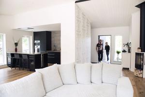Den ljusa enplansvillan har Mattis och Linnea ritat, planerat och byggt helt själva.
