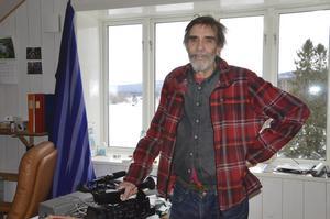 På det som tidigare var kallvind har Erik Strömdahl byggt två arbetsrum. Här har han sina kameror och filmutrustning.