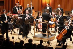 En rolig kväll på stora scenen. Sinfoniettans egna musiker framträdde i torsdagskonserten i Västerås konserthus, anförda av Roy Goodman som var gladare än någonsin. Foto: Kenneth Hudd