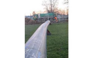 Här går den 305 meter långa vattenledningen ner tre meter under marken på sportfältet. Foto: Roland Engvall