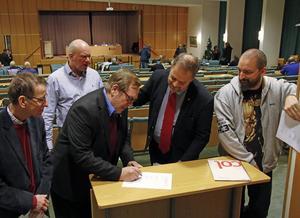 Fem politiska partier i Kramfors gör gemensam sak och tar avstånd från planerna på att bygga en kärnkraftanläggning i Pyhäjoki i Finland.  Rolf Andersson (MP), Michael Steger (KD), Clyde Lindström (C), Jan Sahlén (S) och Jon Björkman (V) skrev under ett protestbrev till Finlands regering.