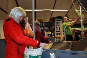 Christina Johansson handlar med sin mor Gunborg hos Ronnie Eriksson på Tempo i Äppelbo.