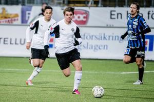 Kevin Johansson i en match mot Sirius där rutinerade allsvensken Jesper Arvidsson skymtar i bakgrunden. Bakom Kevin syns också Viktor Walldén.