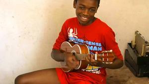 I verkstaden kunde byggandet av gitarrerna plötsligt avbrytas för en stunds jammande. Här är Aniceto Gomes son med en cavaquinho.