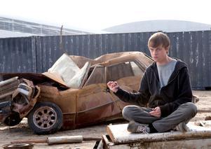 """Dane DeHaan lär sig snabbt kontrollera sina superkrafter i """"Chronicle"""", att knyckla ihop en bil med tanken är ingen konst."""