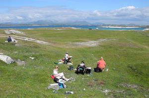 Som färgglada karameller sitter kursdeltagarna utspridda i det irländska landskapet i Connemara.   Foto: Marianne Chayet