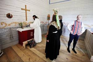Inne i kyrkan visades ett rollspel upp som gav prov på hur ett bröllop i Håsjö på 1600-talet skulle kunna tänkas ha sett ut.