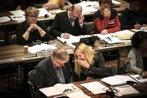 Oppositionen vässar argumenten i den politiska debatten i landstinget. Närmast på bilden: Christer Siwertsson (M) och Susanné Wallner (M).