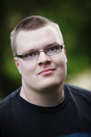 29-årige Kenneth Johansson från Timrå försöker leva ett vanligt liv, trots epilepsin. Assistenthunden Wilma är en del av det livet.