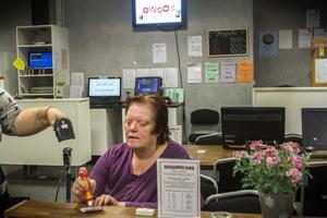 Ann-Katrin Sundkvist spelar bingo minst en gång i veckan.