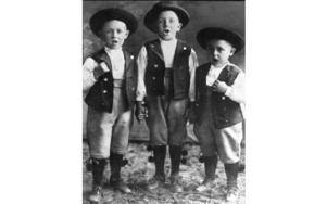 Jussi Björling (t.v) i 5-års åldern med bröderna Olof och Gösta uppträder i artistnamnet 'Bjoerling mail quartet'.Foto: SCANPIX SWEDEN