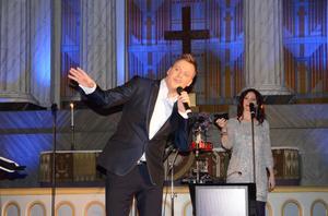Tillsammans med Lotta Nilsson, som ingår i turnébandet Easy Kit, framförde Magnus Carlsson ett par duetter, bland annat